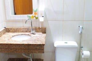Suíte com banheiro e chuveiro